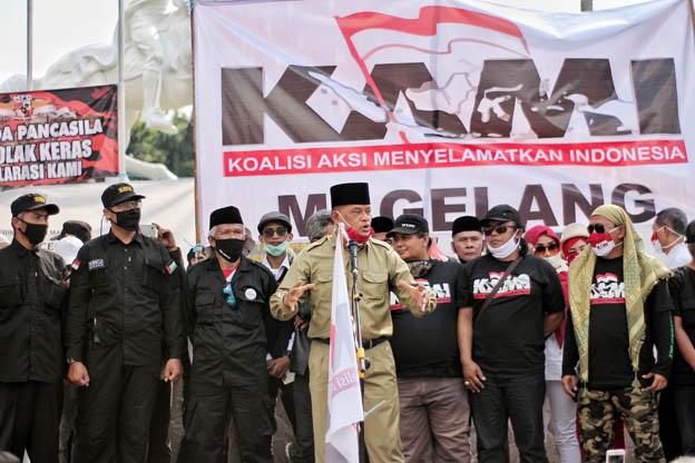 DEKLARASI. Jenderal (Purn) Gatot Nurmantyo berorasi di hadapan massa deklarasi KAMI se-Jawa Tengah dan DI Jogjakarta di Alun-alun Kota Magelang,