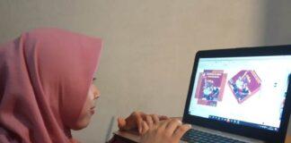 MENDESAIN. Salah satu mahasiswa tim PKM-K UMP Dodol Idola mendesain kemasan produknya secara mandiri di rumahnya,