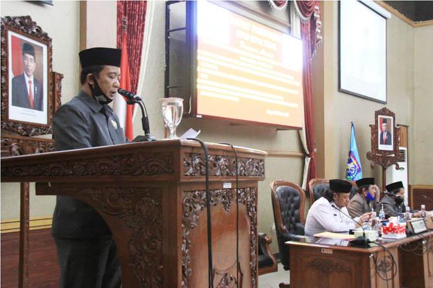 SAMPAIKAN PANDANGAN - Juru Bicara Fraksi PKB Moh Masruri menyampaikan Pemandangan Umum Fraksi PKB dalam Rapat Paripurna DPRD,