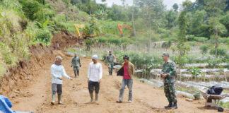ALAT BERAT. Pembuatan badan jalan penghubung antara Desa Gemblengan dan Desa Lengkong, Kecamatan Garung, kerahkan tiga alat berat sekaligus.
