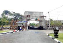 BANGUN. Gerbang Akademi Militer masih dalam proses pembangunan perbaikan diharapkan mampu menjadi kebanggaan tersendiri bagi warga Akmil dan masyarakat sekitar.