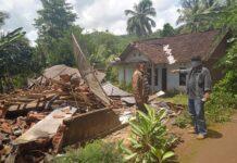 ROBOH. Akibat musibah tanah bergerak bangunan rumah rata dengan tanah.