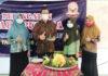 TUMPENG. Potong tumpeng dilakukan dalam rangka peringatan Hari Pusaka SMK Kesehatan oleh Kepala SMK Kesehatan Purworejo.