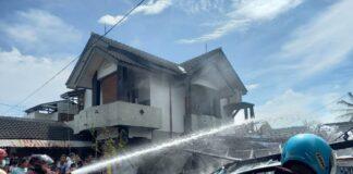 KEBAKARAN. Tim Damkar Kabupaten Magelang dalam proses pemadaman api di Dusun Batikan RT. 02 RW. 15 Desa Pabelan Kecamatan Mungkid.