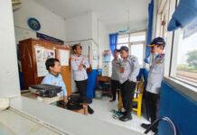 MOTIVASI - Kepala Dishub Kabupaten Tegal Akhmad Uwes Qoroni memberi motivasi kepada petugas jaga.