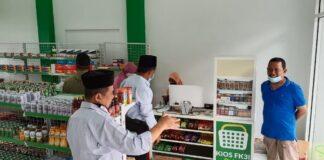 TOKO NU. Ketua Yayasan Perguruan Tinggi NU (YAPTINU) Temanggung, H. Nur Makhsun (berpeci) sedang berada di toko NU di Gedung PCNU Temanggung