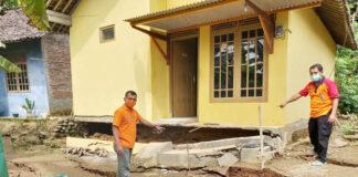 TANAH BERGERAK. Kepala BPBD Purworejo meninjau lokasi tanah bergerak yang menyebabkan belasan rumah rusak parah di Desa Tegalsari Kecamatan Bruno Purworejo,