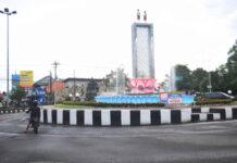 PATUNG SD. Patung sepasang anak SD menggantikan lambang Garuda Pancasila di puncak pilar utama monumen perjuangan tentaran pelajar.