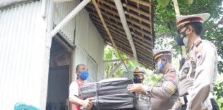 BANTUAN. Keluarga Sugeng yang tinggal di sebuah gubuk tengah kebun menerima bantuan dari berbagai pihak,