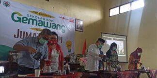 SEDUH. Bupati Temanggung M AL Khadziq menyeduh kopi sebagai tanda dibukanya sekolah kopi di Kecamatan Gemawang,
