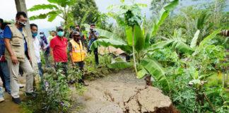 TINJAU. Bupati bersama Wakil Bupati Purworejo dan sejumlah pejbat meninjau lokasi tanah bergerak di tiga desa di Kecamatan Bruno,