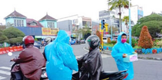 PERHATIKAN. Para peserta aksi penggalangan dana memperhatikan prokes di lapangan