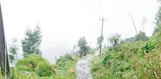 SEMPIT. Salah satu ruas jalan kabupaten penghubung Desa Sikungan dan Campursari Kejajar yang kondisinya sempit serta rusak.