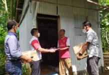 JUMAT BERAMAL. Kasat Reskrim bersama KBO dan sejumlah anggotanya menyerahkan donasi Jumat Beramal kepada Keluarga Sugeng diDusun Kedungdowo Desa Trirejo Kecamatan Loano,