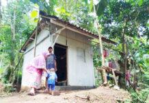 BERTAHAN HIDUP. Sepasang suami istri dan anak balita bertahan hidup di sebuah gubuk di tengah kebun di wilayah Dusun Kedungdawa Desa Trirejo Kecamatan Loano Kabupaten Purworejo.