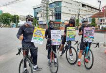 BAGI-BAGI MASKER. Komunitas pesepeda Magelang membagikan seribuan masker kepada para pengguna jalan maupun warga yang ditemui saat melakukan aktivitasnya di Kota Magelang,