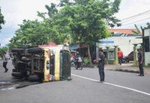 TERGULING. Sebuah mobil boks bermuatan makanan dan minuman ringan terguling di Jalan Tentara Pelajar, tepatnya depan Kantor Armada Finance Purworejo,