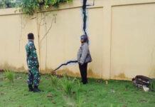 MONITOR. Kades Tegeswetan bersama babinsa melakukan monitoring dan pendataan dampak tanah bergerak