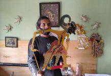 TELATEN. Jatmiko, perajin wayang kulit asal Kota Magelang terlihat telaten memegang kuas cat dan peralatan membuat wayang kulit.
