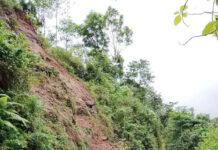 TUTUP. Longsor menutup badan jalan raya Bruno Purworejo-Kepil Wonosobo, tepatnya di Km 03 Dusun Polowono Desa Jangkrikan Kepil Wonosobo,