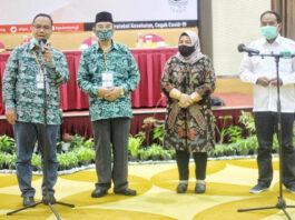 PENETAPAN. Pasangan Walikota dan Wakil Walikota Magelang terpilih, dr Muchammad Nur Aziz-KH M Mansyur resmi ditetapkan KPU Kota Magelang di Hotel Atria,
