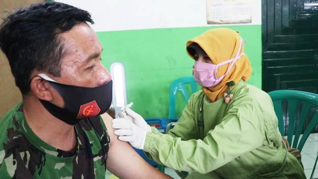 200 anggota tni menjalani vaksinasi.