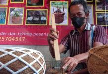 POT SERABUT. Proses pembuatan pot serabut kelapa oleh warga difabel, Urip Marsono di Dusun Bumisegoro Desa Borobudur Kecamatan Borobudur.