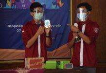 INOVATIF. Dua Siswa SMAN 1 Purworejo, Hilmi Pramono Adi dan Yusuf Ryan Prasetyo, saat mempresentasikan Topday dalam Penilaian Lomba Krenova Tingkat Kabupaten Purworejo, beberapa waktu lalu. (foto:ekosutopo/purworejoekspres)