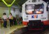 KETAT. Petugas melakukan pemeriksaan Prokes secara ketat terhadap para penumpang yang naik dan turun di Stasiun Kutoarjo, kemarin. (Foto: eko)