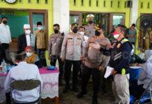 TINJAU VAKSINASI - Kapolda Jateng, Irjen Pol Ahmad Luthfi saat meninjau pelaksanaan vaksinasi serentak di Ponpes Al Munawwir, Kecamatan Gringsing, Kabupaten Batang.(Foto: radar batang)