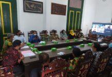 VOKASI. Forum diskusi secara daring dengan Program Pendidikan Vokasi Universitas Indonesia (UI) dan Bursa Efek Indonesia (BEI) di Ruang Rapat Pendapa Kabupaten, Kamis (23/9).